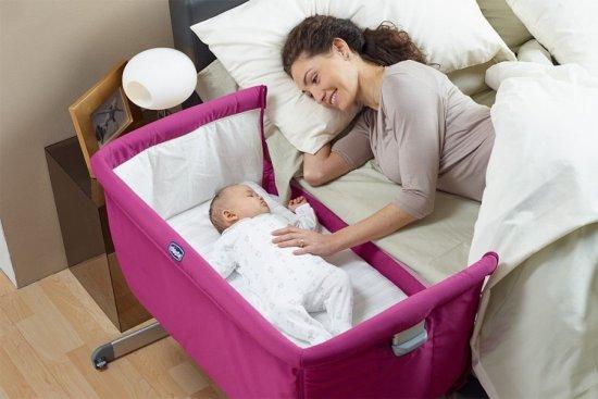 Кровать ребенка возле взрослой кровати