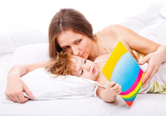 Мама читает ребенку сказку