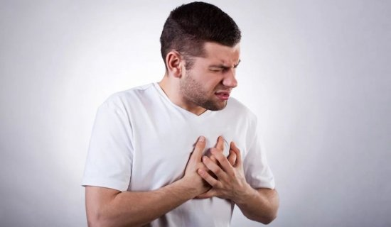 Боль за грудиной у мужчины