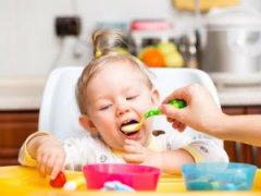 Вечернее кормление ребенка кашей